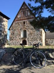 Orbea Nikkilän vanhan kirkon edustalla